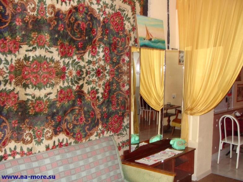 Вход в кафе с советским стилем в центре Анапы