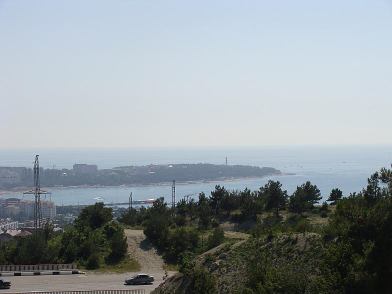 Сверху видно Толстый мыс и часть Геленджикской бухты
