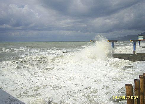 Чёрное море штормит. Адлер. Пляж курортного городка.