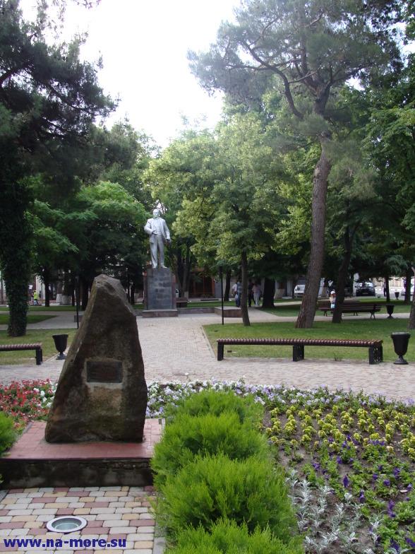 Памятник Ленину в Геленджике и камень под которым капсула с завещанием потомкам.