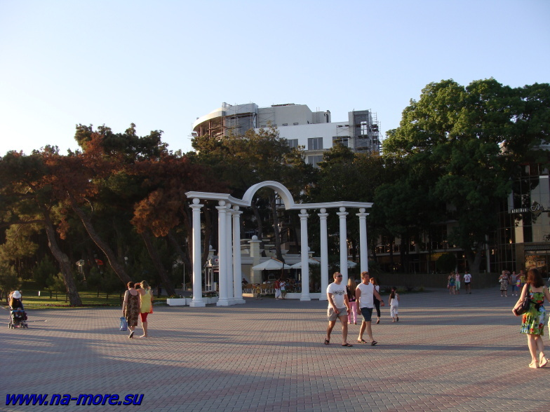 Над аркой возвышается здание пансионата Приморье. Геленджик 2009 г.