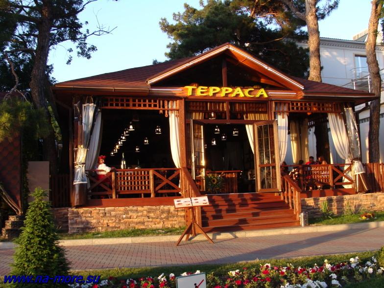 На Геленджикской набережной кафе готовятся к вечернему наплыву посетителей.