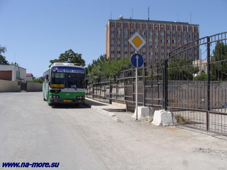 Здание Южморгеология в Геленджике на Крымской улице.