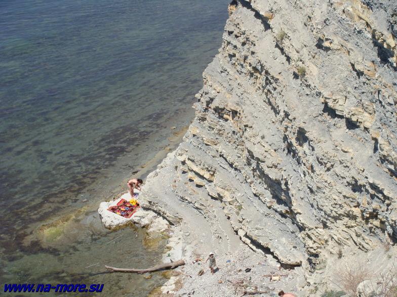Пляж на круче в Геленджике.