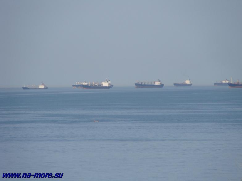 Корабли в Чёрном море на Новороссийском рейде.