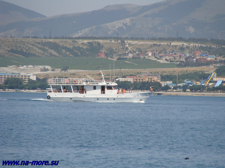 Чёрное море. Геленджикская бухта и посудина с замысловатым названием СУБМАРИНА.