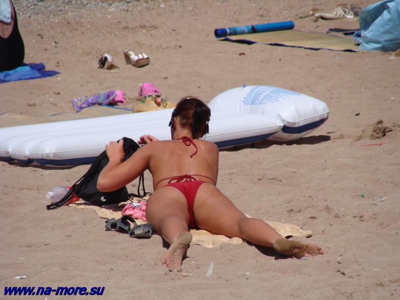 Девушка на пляже Геленджика.