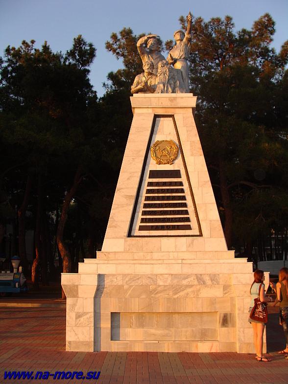 Памятник на набережной Геленджика с надписью &quotВечная память борцам павшим за власть советов в 1918-ом году в Геленджикском районе&quot.