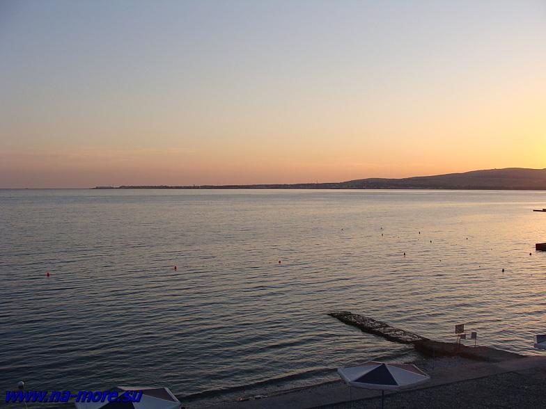 Геленджикская бухта и Тонкий мыс во время заката.