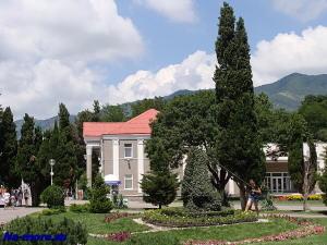 Около краеведческого музея Геленджика.