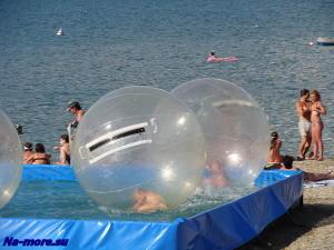 Шары - развлечения для детей на пляже.