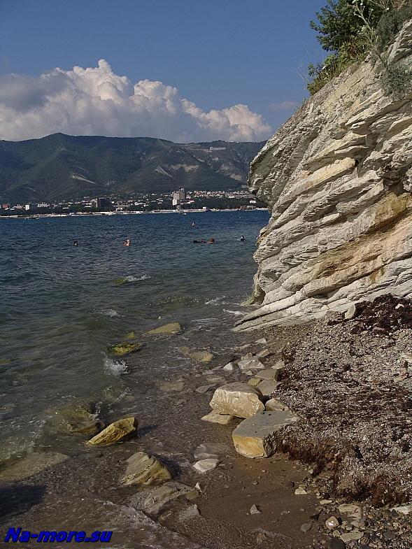 Спуск с набережной к скалистому берегу бухты.
