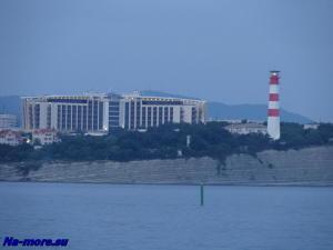 Толстый мыс и маяк Геленджика со стороны моря
