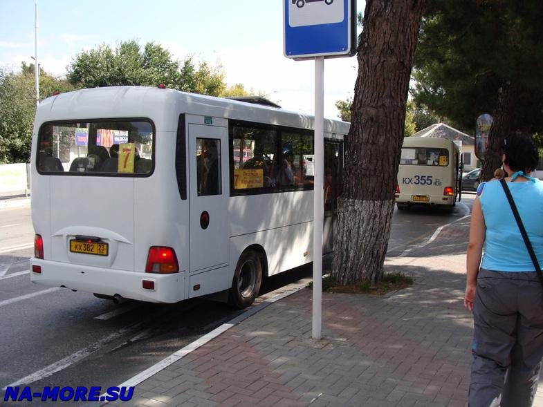 Остановка автобуса на ул.Луначарского в Геленджике.