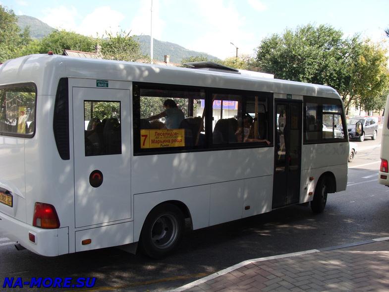 Геленджик. Остановка общественного транспорта на ул.Луначарского.