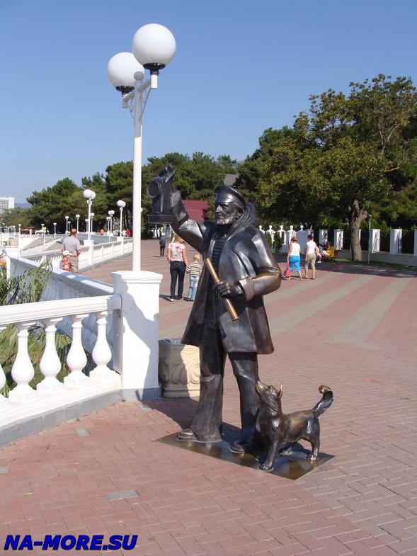 Памятник смотрителю маяка на набережной Геленджика