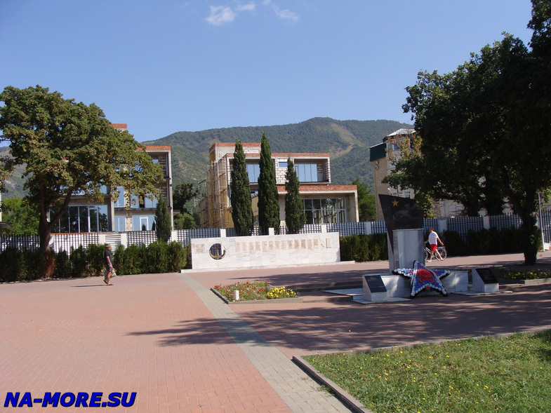 Памятник Морякам торпедных катеров погибшим в битве за Кавказ на набережной Геленджика