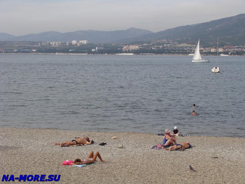 Пляж на берегу Геленджикской бухты