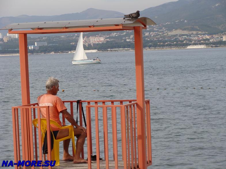 Спасатель на пляже Геленджика