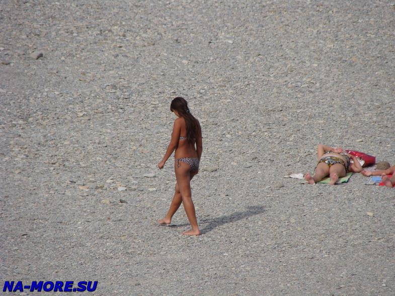 Девушка на пляже в Геленджике