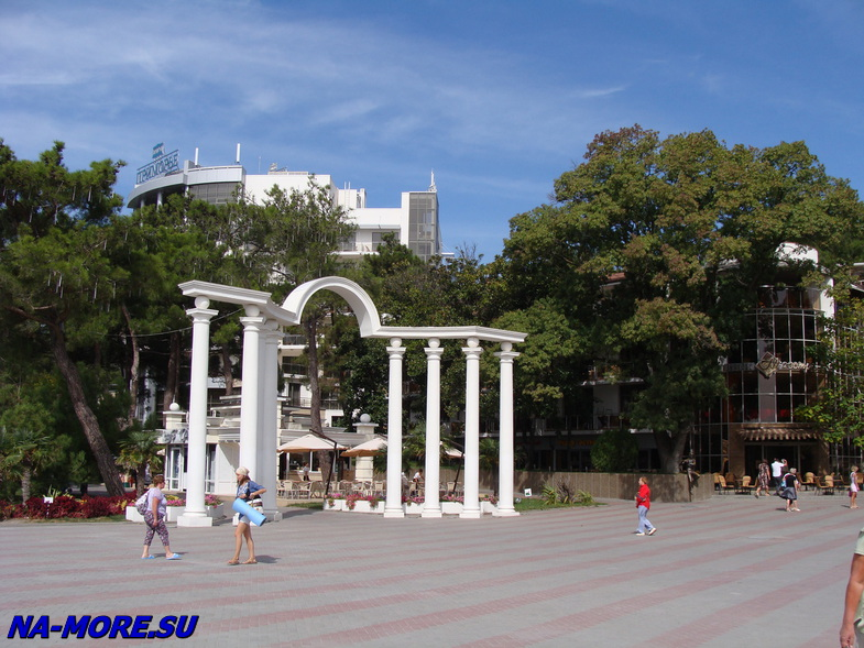 Арка на Лермонтовском бульваре