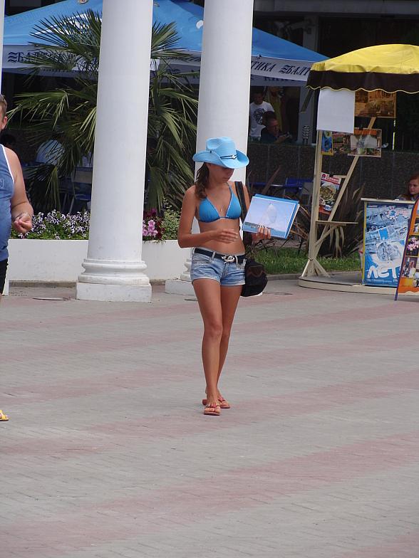 Так красивая девушка в Геленджике предлагает отдыхающим покататься на яхте по Чёрному морю