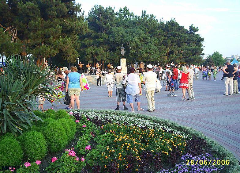 На набережной Геленджика. На заднем плане памятник М.Ю.Лермонтову.