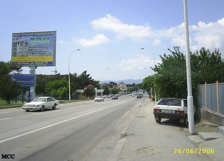 Улица Луначарского в Геленджике идёт параллельно Сухумскому шоссе через весь город.