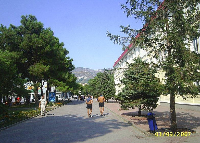Справа здание администрации Геленджика.