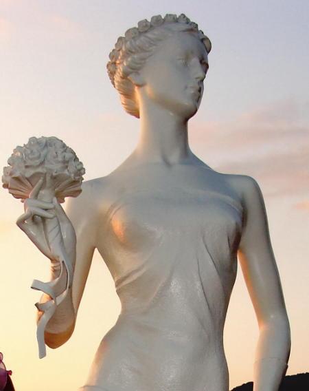 Белая Невесточка - памятник на набережной Геленджика