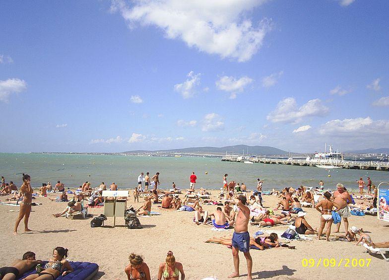 На центральном пляже Геленджика.