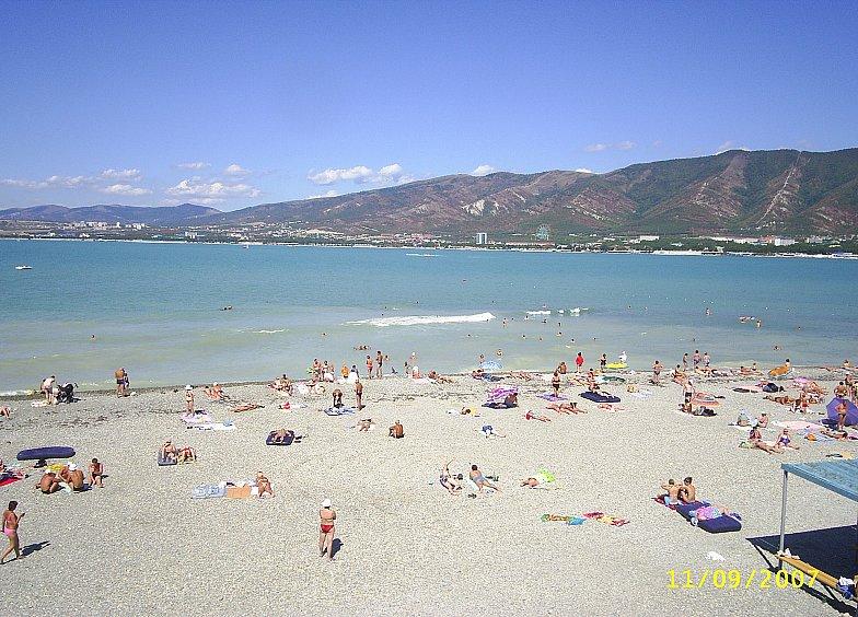 Пляж Геленджика у Толстого мыса.