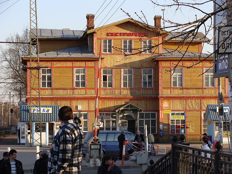 Это здание вокзала Сестрорецка ещё дореволюционной постройки
