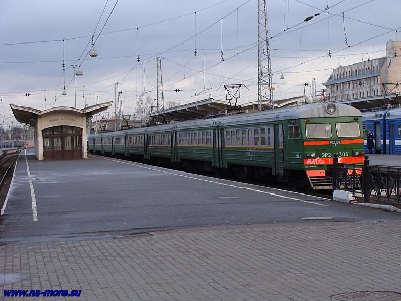 Электрички на платформе Финляндского вокзала.