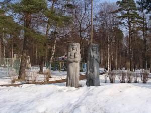 Скульптурная группа лесных богов оставшихся от ансамбля ресторана ОЛЕНЬ