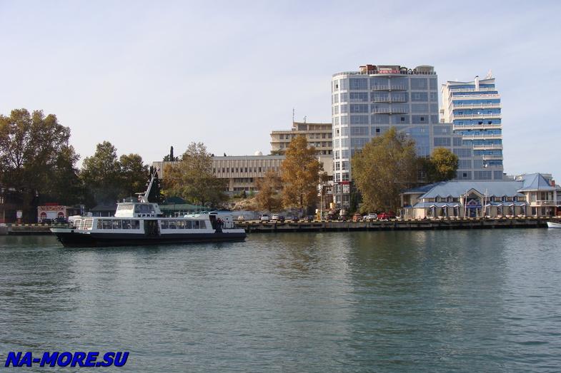 Пассажирский катер в Севастопольской бухте.