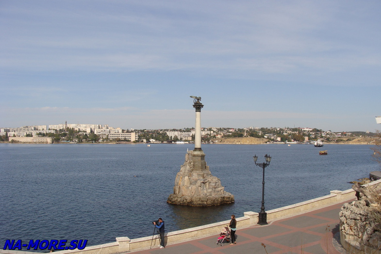 Памятник затопленным кораблям в бухте Севастополя.