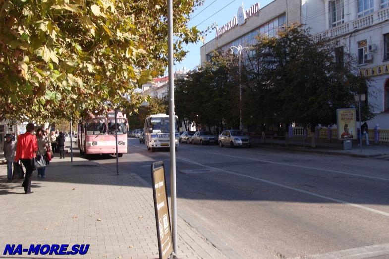 Троллейбусная остановка в Севастополе.