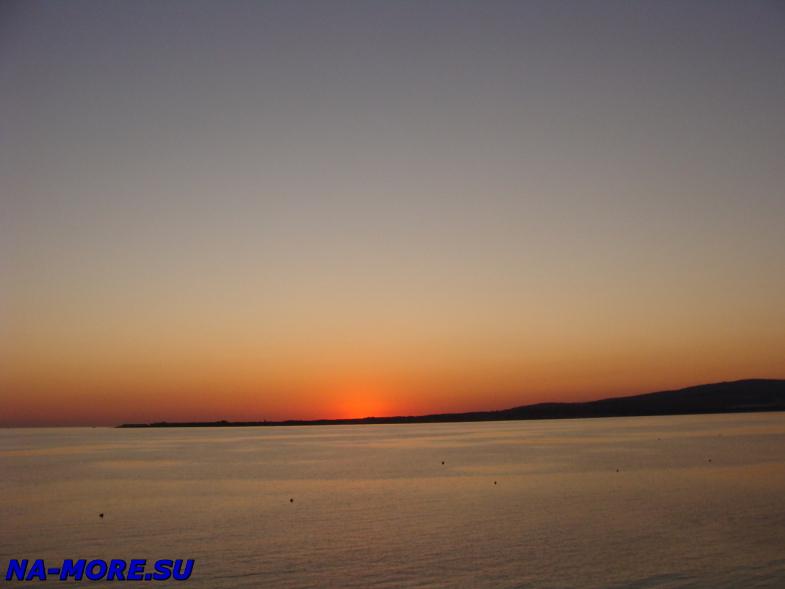 Чёрное море, закат солнца за Тонкий мыс в Геленджике.