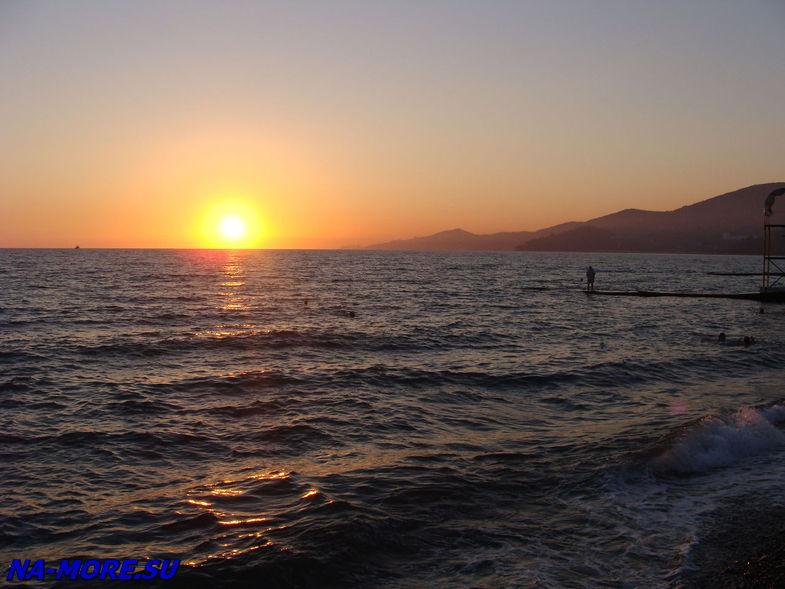 Закат на пляже курортного городка Адлера
