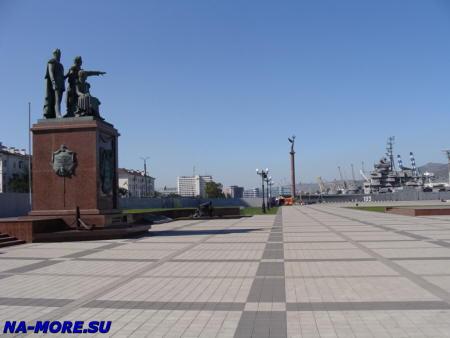 Памятник основателям города Новороссийска Н. Н. Раевскому, М. П. Лазареву и Л. М. Серебрякову.