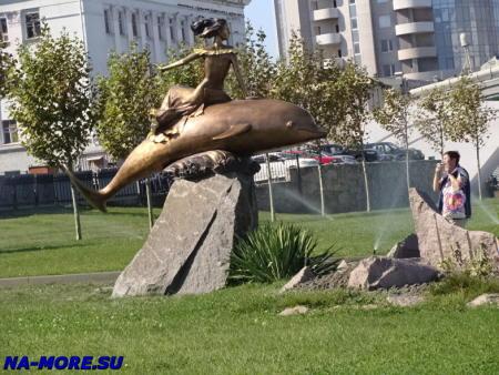 Новороссийск. Девушка и дельфин.