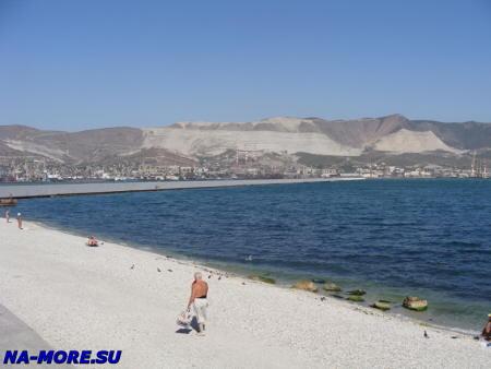 Новороссийск. Пляж на берегу бухты.