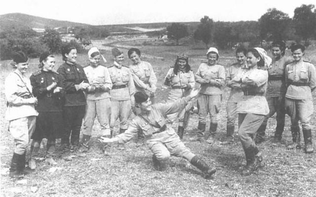 Девушки 46-го авиационного бомбардировочного полка в Геленджике