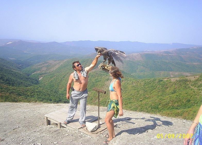 В горах Кавказа.  На вершине.  Фото с хищной птицей.