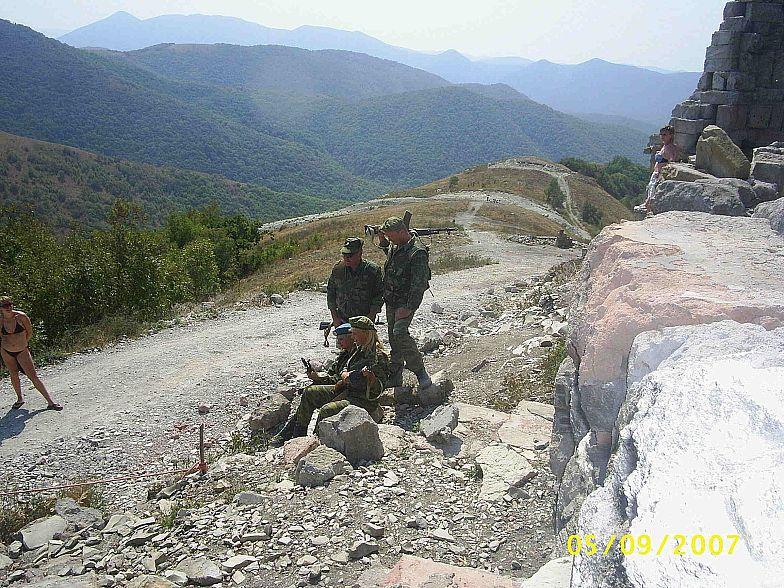 В горах Кавказа. Сфотографироваться в форме и с оружием.