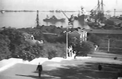 Послевоенный вид с Потёмкинской лестницы на порт и морской вокзал Одессы.
