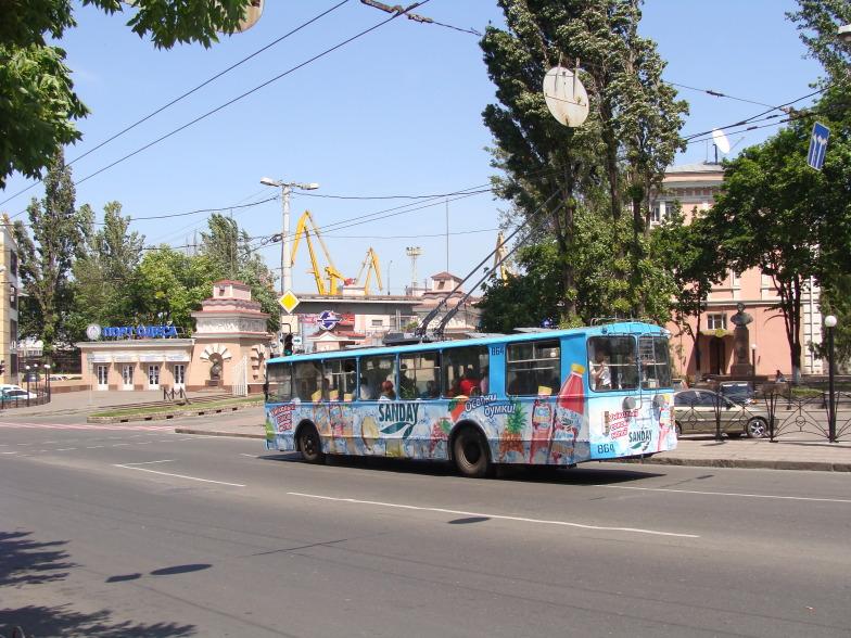 На Приморской улице в Одессе старый троллейбус.