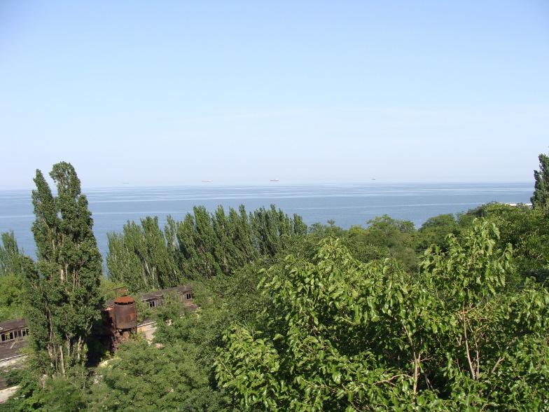 Чёрное море. Одесса. Ланжерон. Внизу видны запущенные здания порта.