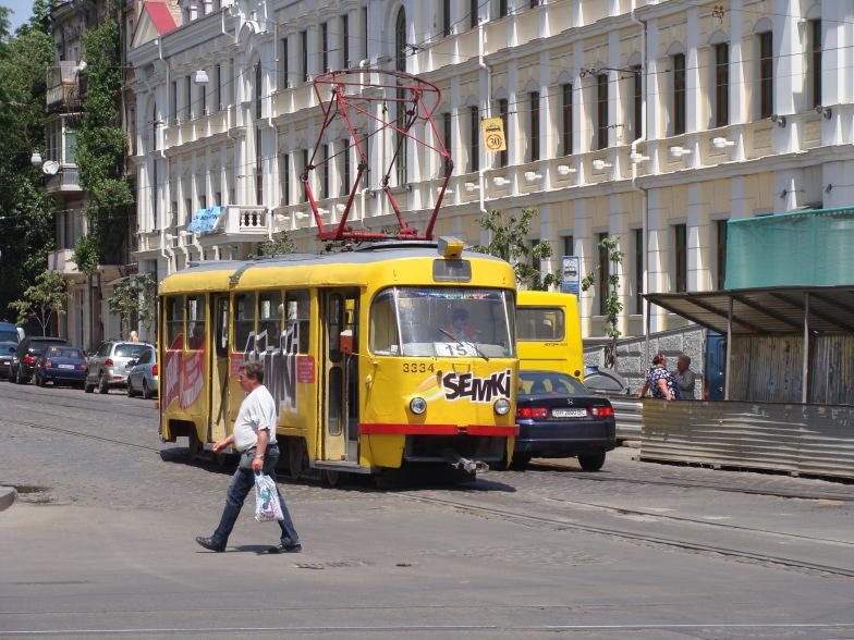 На улице Одессы трамвайный вагон чехословацского производства tatra-t3 под номером 3334 на 15-м маршруте.